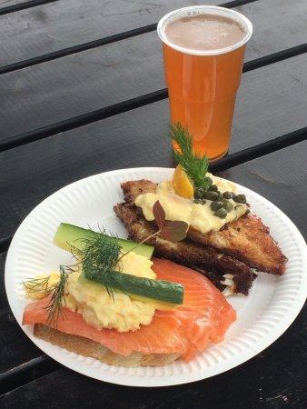 Hallernes: Smørrebrød : saumon fumé, œufs brouillés, aneth et seigle, plie panée, rémoulade  Bière