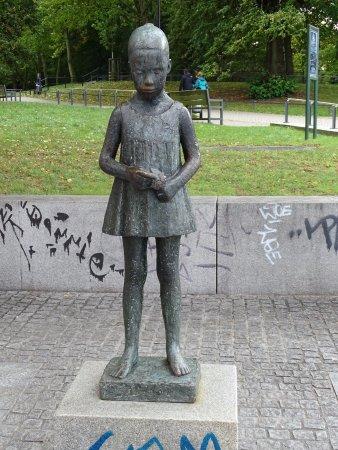 Denkmal Madchen mit Blumenstrauss