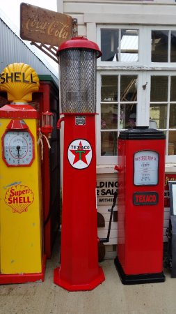 Fairlie, Selandia Baru: They have a lot of old bowsers (pumps) - I'm so jealous!