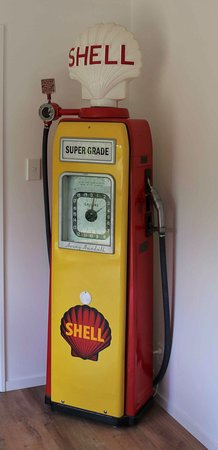 Fairlie, Nueva Zelanda: My Shell petrol pump - just thought Three Creeks might be interested.