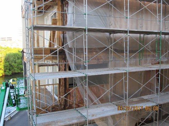 Sailport Waterfront Suites: Construction