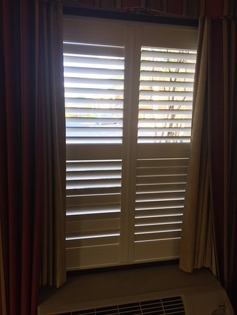 Red Roof Inn Augusta - Washington Road: Broken shutters are the only form of privacy.