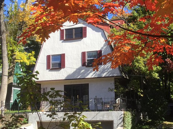 Avon Hill House: Fall color at Blue's Bed and Breakfast