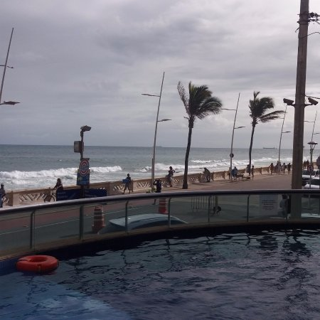 Monte Pascoal Praia Hotel Salvador: Olhando só o mar a vista é linda, pena que sujaram a praia