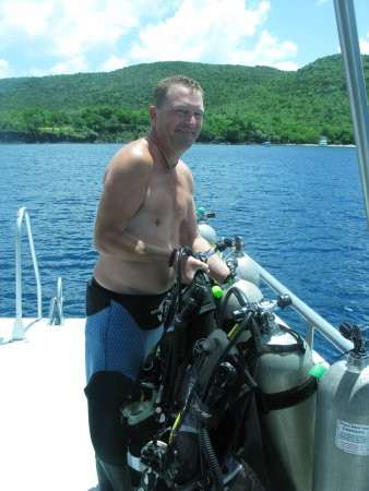 Gros Islet Quarter, Sainte-Lucie : Nick, one of the owners, changing our tanks!