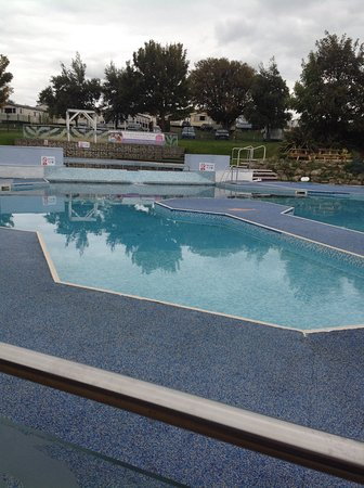 Allhallows, UK: Outside pool