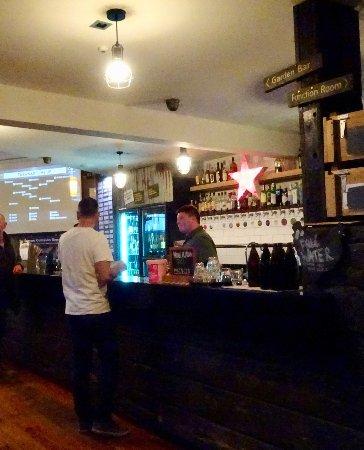Paraparaumu, Νέα Ζηλανδία: Bar Area with Large Sports Screen to Left