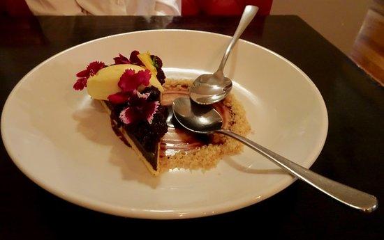 Paraparaumu, Νέα Ζηλανδία: Dark Chocolate Torte with Berries and Creamy Topping