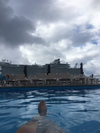 El Cid La Ceiba Beach Hotel: The resort is right next to the cruise ship port