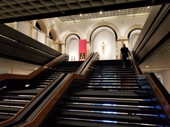 Museu Nacional de Arte Antiga: The Grand Staircase to the 1st floor in the museum