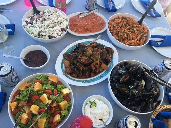 Firostefani, Hellas: Feast on the boat!