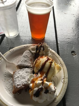 West Springfield, MA: Score of the day, fried Cannoli, scoop of vanilla, whipped cream & drizzle of chocolate and cara