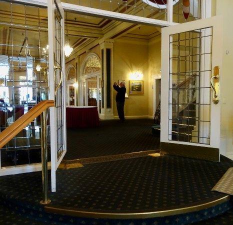 Whakapapa, New Zealand: Main Entrance, Looking to Lobby Foyer and the Restaurant Beyond