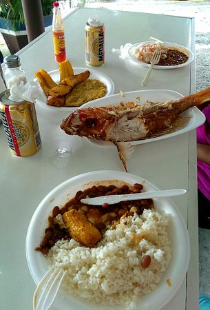 Naguabo, Puerto Rico: Huge Red snapper ... rice.... tostones ... and ice cold Medalla