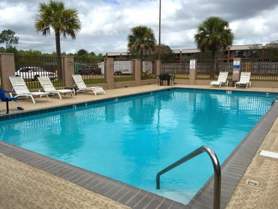 Super 8 Gulfport Near Biloxi: Pool