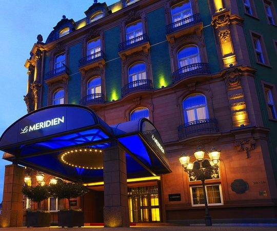 Le Meridien Frankfurt: Exterior Entrance by night