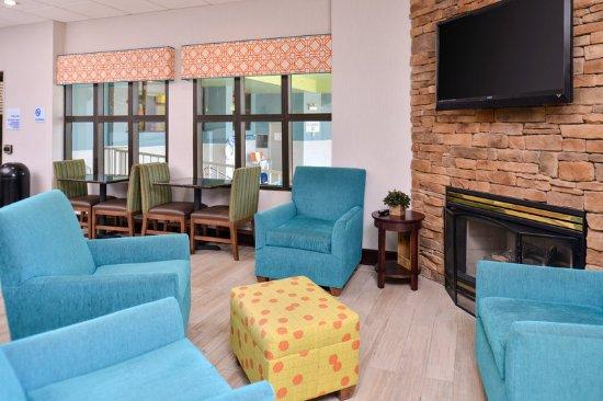 Holiday Inn Express Omaha West-90th Street : Lobby Lounge
