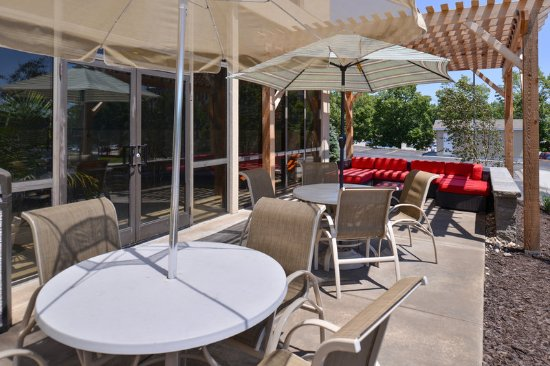 Holiday Inn Express Omaha West-90th Street : Guest Patio