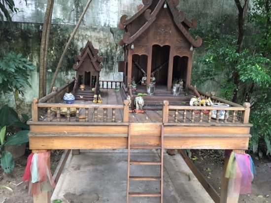 Baan Orapin Bed and Breakfast: Old teak spirit house at entrance