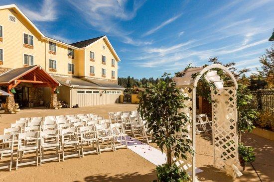 Gold Miners Inn: Patio Wedding Setup