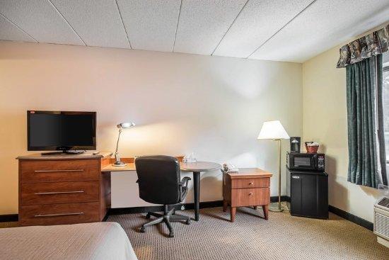 Plymouth, NH: King Room