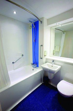 Alfreton, UK: Travelodge Bathroom With Bath