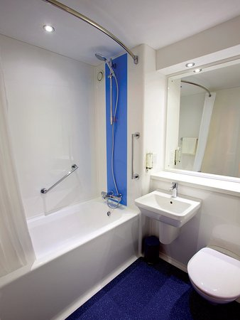 Clayton-le-Woods, UK: Bathroom with Bath