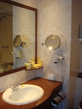 Sarova Stanley: Well equipped bathroom