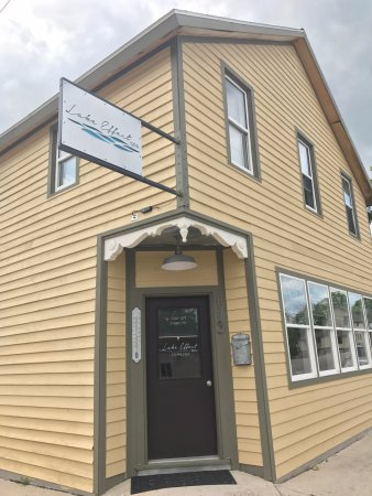 Lake Leelanau, MI: Lake Effect Spa Building