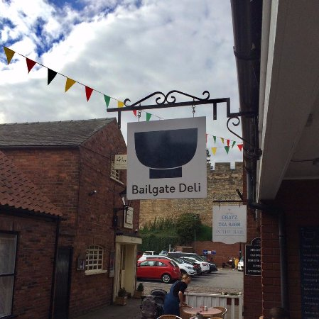 Bailgate Deli: Outside with a view of Lincoln castle