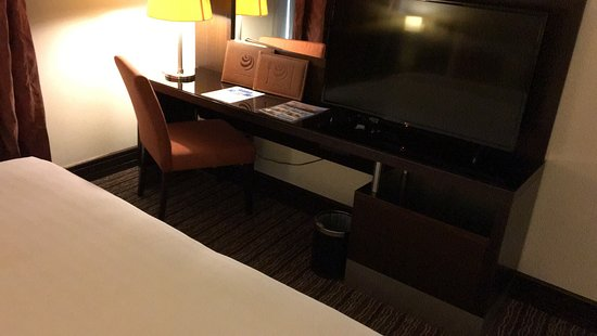Safir Hotel Doha: Just the little desk to work with the laptop.