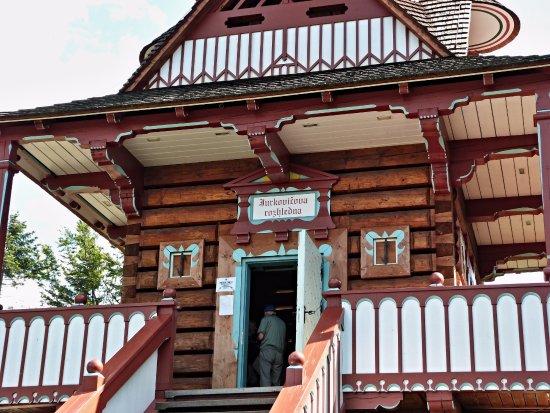 Roznov pod Radhostem, Tschechien: Detail vstupu k pokladně a na rozhlednu.