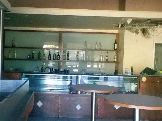San Costanzo, Włochy: Bancone e bottiglie a prender polvere