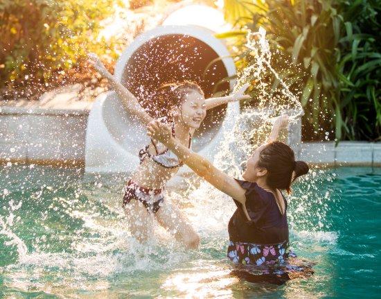 Hilton Sanya Yalong Bay Resort & Spa: Game at Kids Pool