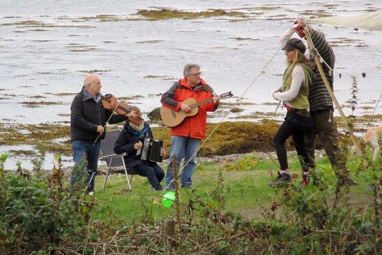 Appin, UK: Divine surprise : trio de musiciens et couplant dansant