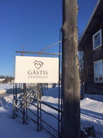 Vemdalen, Suecia: Till Gästis hittar man enkel, skylt vid Landsvägen