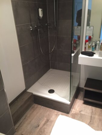 The Shower With No Door Or Curtain Laminated Floor