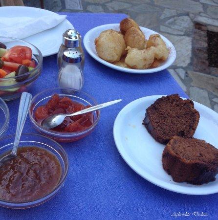 Vincenzo Family Hotel: Σπιτικά γλυκά του κουταλιού, νοστιμα κέικ, φρέσκα φρούτα εποχής, τυροπιτάκια. ζεστούς λουκουμάδε