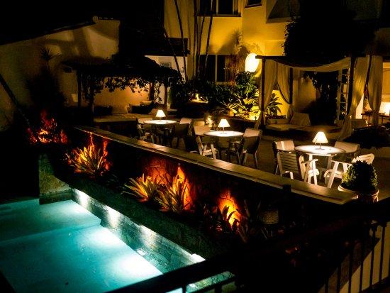 Casas Brancas Boutique Hotel & Spa: Night view pool on terrace