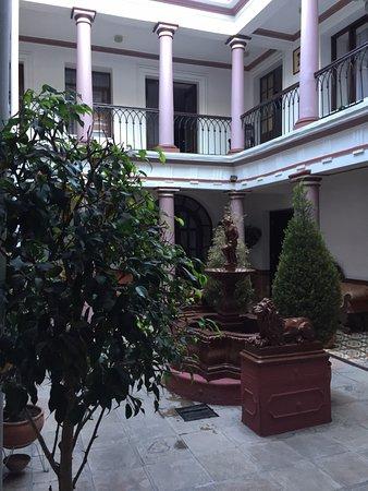 Hotel Independencia: Vista de uno de los patios y habitaciones superiores