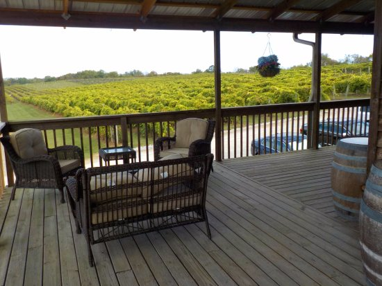 Lawrenceburg, KY: Beautiful sitting areas all around the tasting room.