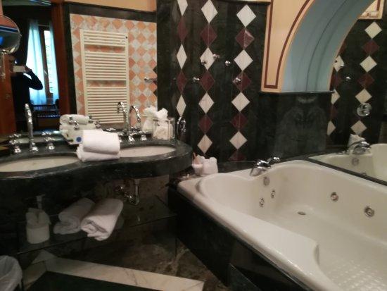 Arredo bagno dozzinale non in linea con un 4 stelle foto di hotel tosco romagnolo bagno di - Tosco romagnolo bagno di romagna ...