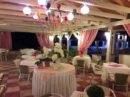 Golden Beach Hotel: Taverna decorated ready for evenings entertainment