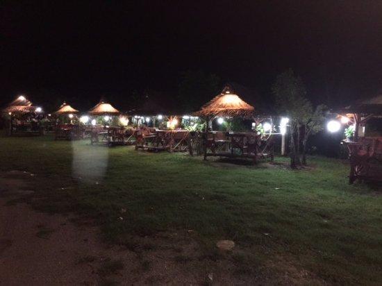 Krua Chaitung - Kinlom Chom Kwai: Restaurant in the rice field