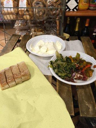 モッツァレラチーズとお惣菜の盛り合わせ