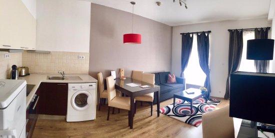 Fraser Residence Budapest: Living room and kitchen