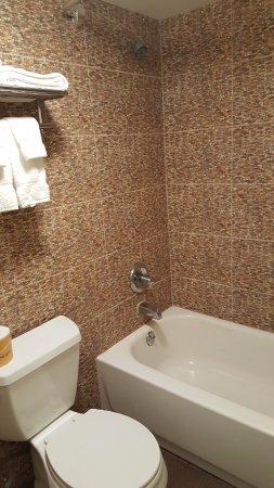 Americas Best Value Inn, Smithtown : Guest Bathroom