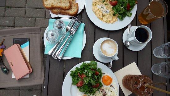 Zlin, جمهورية التشيك: Posnídat můžete i venku na čerstvém vzduchu. 