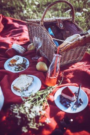 Zlin, جمهورية التشيك: V letních měsících půjčujeme piknikové koše, které dle objednávky naplníme čímkoli ze stálé nabí