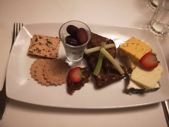 Staddlebridge, UK: 5 cheese cheeseboard